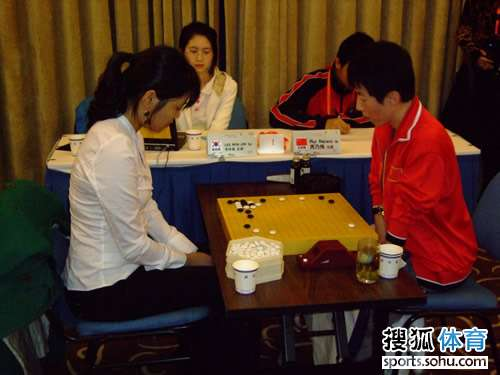 图文:围棋女子个人组1/4决赛 芮乃伟vs李玟真