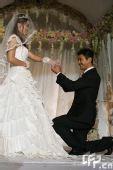 图文:体操名将邢傲伟大婚 新郎给新娘带戒指