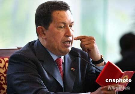 """9月25日中午,正在北京访问的委内瑞拉总统查韦斯在下榻的钓鱼台国宾馆会见包括石油、通讯、农业、铁道、家用电器等领域的十几位中国企业老总,耗时近三个小时""""现场办公"""",依次解决他们在委内瑞拉开展经贸中遇到的问题。会见期间,对毛泽东极为""""崇拜""""的查韦斯总统不时认真阅读西班牙文的毛主席著作。中新社发任晨鸣 摄"""