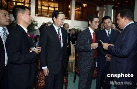 """9月25日中午,正在北京访问的委内瑞拉总统查韦斯(右一)在下榻的钓鱼台国宾馆会见包括石油、通讯、农业、铁道、家用电器等领域的十几位中国企业老总,耗时近三个小时""""现场办公"""",依次解决他们在委内瑞拉开展经贸中遇到的问题。中新社发任晨鸣 摄"""