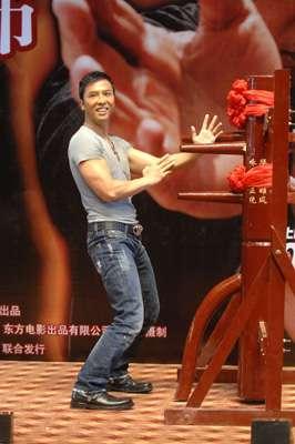 甄子丹饰演一代武术宗师叶问,即场上台表演打木桩。