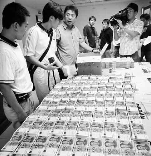 警方查获的大量百元人民币假钞 董俊志摄