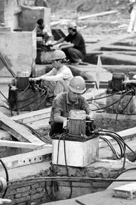 施工人员在现场工作