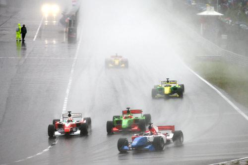 大雨中比赛