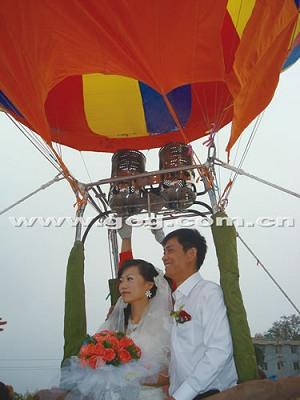 """一对新人举办""""空中婚礼"""""""