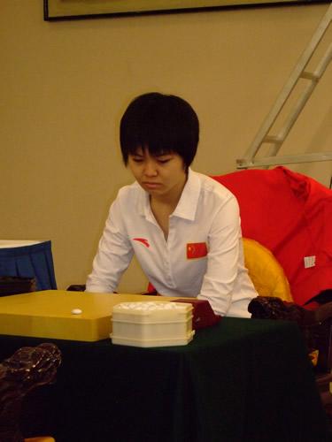 图文:智运会围棋女子个人决赛 宋容慧眉头紧锁