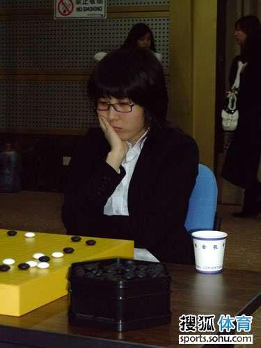 图文:智运会围棋女子个人赛 朴志恩九段思考中