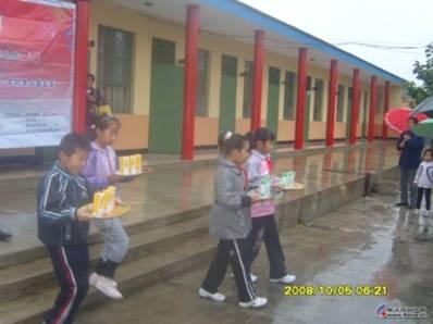 西芦小学的孩子们为爷爷奶奶们送上伊利的两款金典奶