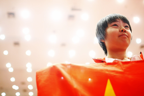 宋容慧举起国旗