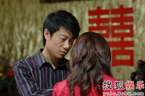照片中,陈坤上身压着赵薇,还显露出陈坤胳膊上的莲花纹身.