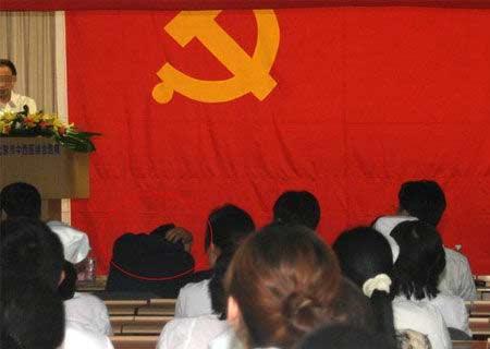 """网友标注的图片说明:""""在庄严而隆重的大会中进入了梦乡!还不时地传出打鼾声!"""""""