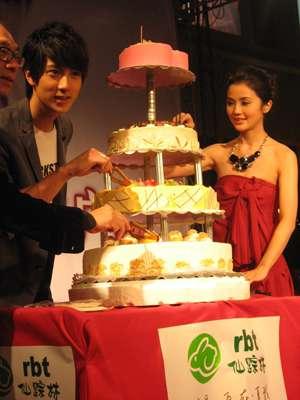 吴尊与阿Sa在成都宣传新片,吴尊在现场庆祝生日