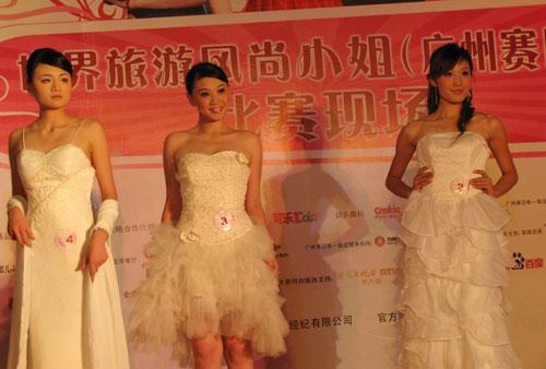 31位参赛佳丽在车展上分别以内衣,休闲装和婚纱展示靓丽风采,并使出
