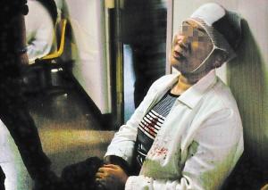 秦女士昨晚在鲁迅公园遭4个孩子抢劫她当时以为是开玩笑被抢挎包只有饭盒等杂物