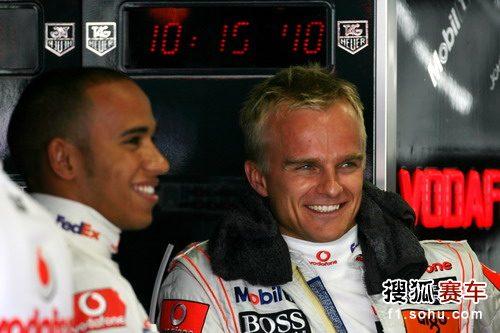 图文:F1日本站首次练习赛 汉密尔顿和科瓦莱宁