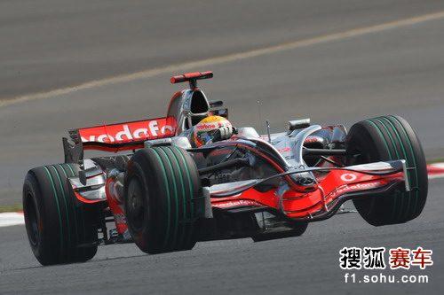 图文:F1日本站首次练习赛 汉密尔顿进行比赛