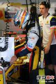 图文:F1日本站首次练习赛 阿隆索进驾驶舱