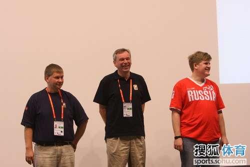 三位选手等待领奖