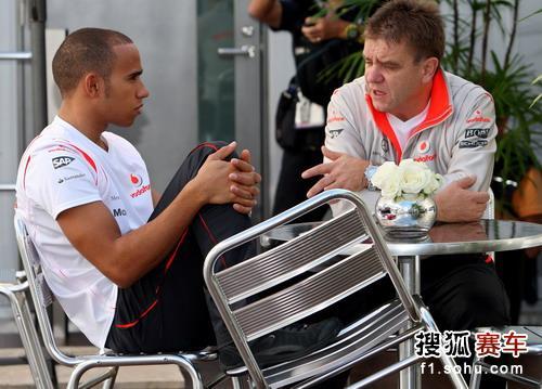 图文:F1日本站第二次练习赛 汉密尔顿与人交谈