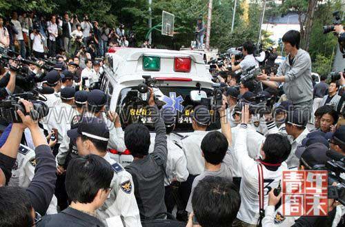 10月2日,媒体包围了到崔家调查的警车