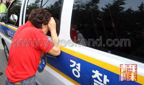 10月2日,好奇的韩国市民向警车内张望