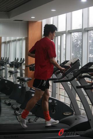 李玮峰在力量房的跑步机上