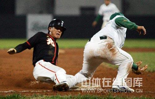 图文:全国棒球联赛天津卫冕 比赛中精彩