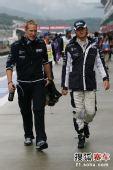 图文:F1日本站第三次练习赛 罗斯伯格在比赛前
