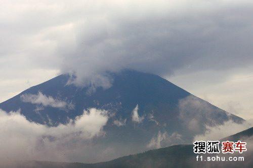 图文:F1日本站第三次练习赛 美丽的富士山