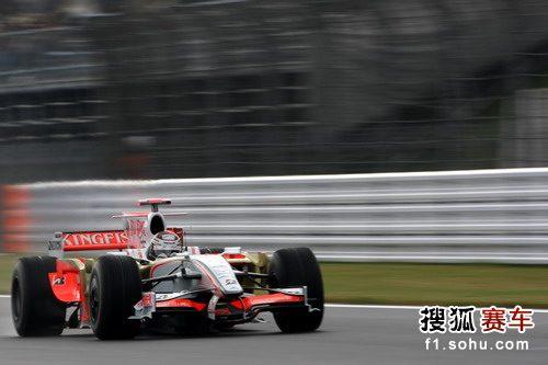 图文:F1日本站第三次练习赛 苏蒂尔在比赛中