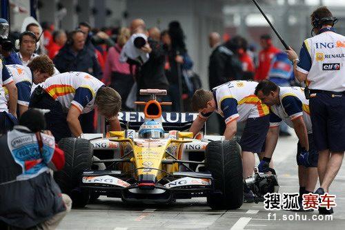 图文:F1日本站第三次练习赛 阿隆索在维修站