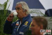 图文:F1日本站第三次练习赛 雷诺老板神色悠闲