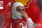 图文:F1日本站第三次练习赛 马萨凝神注视