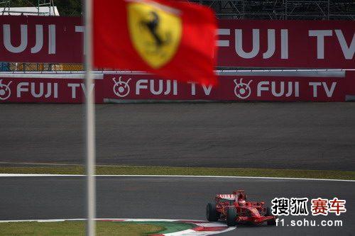 图文:F1日本大奖赛排位赛 莱科宁和法拉利队旗