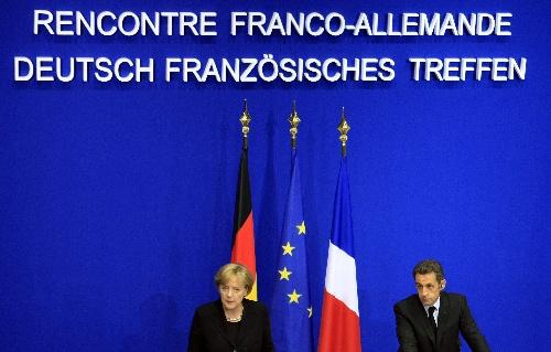 10月11日,法国总统萨科齐(右)和德国总理默克尔在法国东北部科龙贝双教堂村举行联合记者招待会。当天,萨科齐与默克尔在这里强调,欧洲国家乃至国际社会需要采取共同行动,应对正在蔓延的金融危机。 新华社记者张玉薇摄