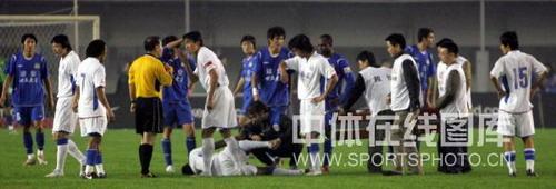 图文:[中超]河南0-2上海 双方球员起冲突
