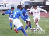 图文:[中超]长春6-0广州 杜震宇争球