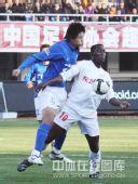 图文:[中超]长春6-0广州 达扎吉护球