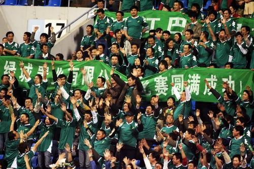 图文:[中超]山东2-1浙江 绿城球迷疯狂