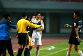 图文:[中超]长沙1-5青岛 裁判请刘健上场