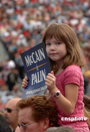 美国共和党副总统候选人莎拉·佩林10月4日来到加州卡森市出席造势大会,近两万名共和党支持者到场为佩林助威。图为一名小女孩举牌支持共和党总统候选人。中新社发张炜 摄