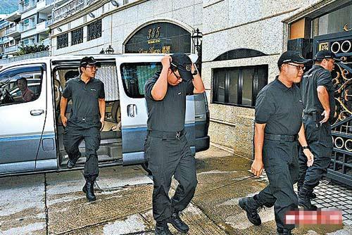 6名保安人员昨早抵达城城嘉园寓所,准备护送熊黛林离开