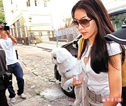 熊黛林身上的米白衣裙,跟大前日到城城家时一样