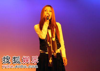 吴琼受大学邀请 献唱励志歌曲获新生狂热追捧