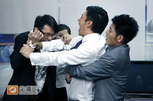 费德南偷偷更换摄影机,导演陈家明气氛得咬他一口