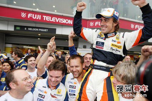 图文:F1日本大奖赛正赛 皮奎特和车队庆祝胜利
