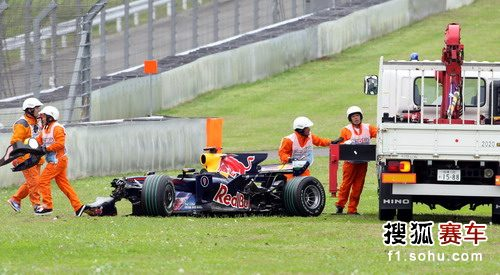 图文:F1日本大奖赛正赛 红牛赛车惨不忍睹