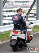 图文:F1日本大奖赛正赛 库特哈德被带离赛场