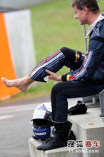 图文:F1日本大奖赛正赛 库特哈德脸色痛苦