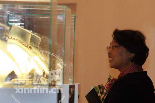 观众被高价奢侈品展品。 拍摄:新民网 薛骁翔
